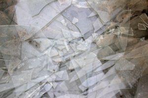 台風などの暴風による飛来物で窓が割れると危険!シャッター設置で家を守ろう!